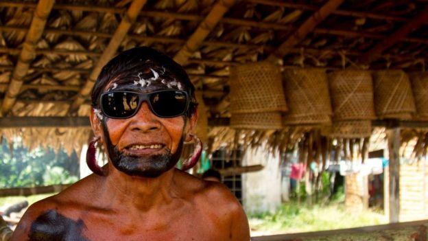 Ancião Yanomami com óculos escuros