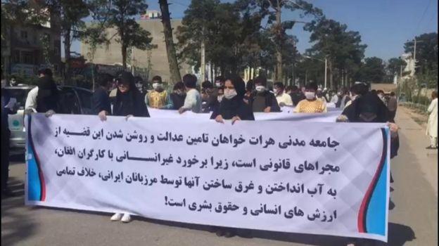 دیروز شماری از شهروندان افغان در مقابل کنسولگری ایران در هرات تظاهرات کردند