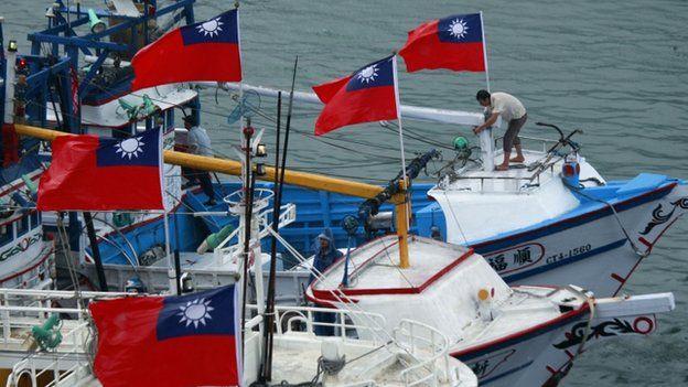 悬挂中华民国国旗的渔船。
