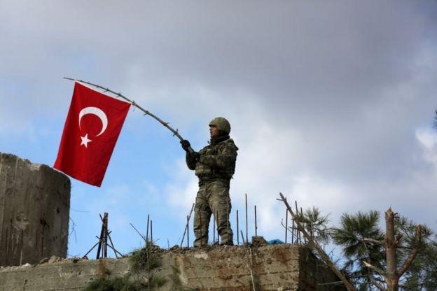 Burseya Dağı'nda bayrak çeken bir Türk askeri