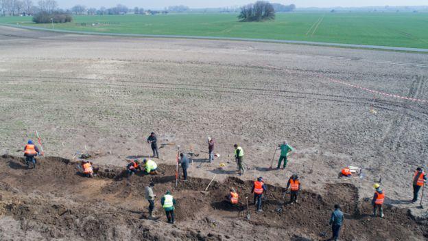 Arqueólogos fazendo escavações na ilha Rugen