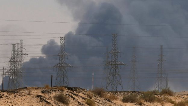 Una espesa nube de humo se podía apreciar cerca de la refinería de Abqaiq.
