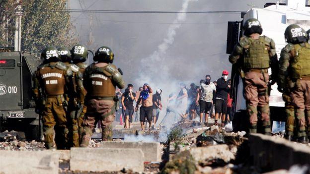 Enfrentamiento entre carabineros y manifestantes.