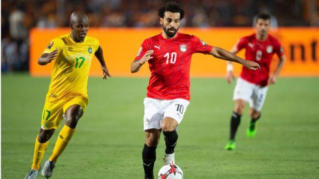Salah en duel avec un joueur du Zimbabwe