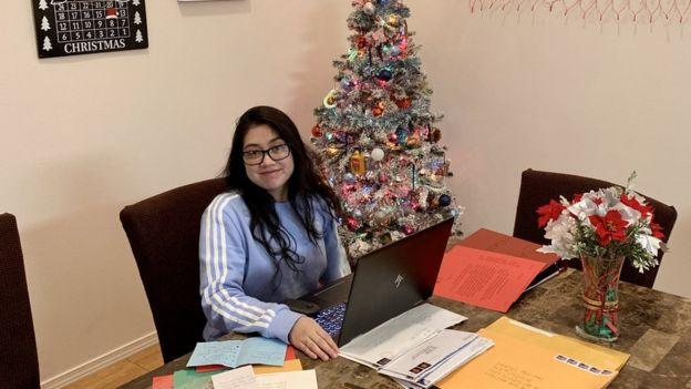 Mitzi responde a cartas endereçadas ao Papai Noel vindas de vários lugares todo o mundo