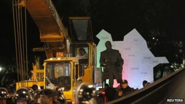 Mexico City moves statue of former Azeri leader - BBC News