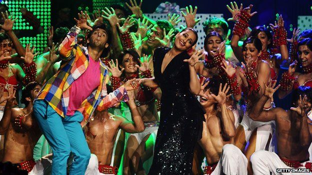 Sonakshi Sinha (R) and actor Ranbir Singh during the 2011 International Indian Film Academy awards