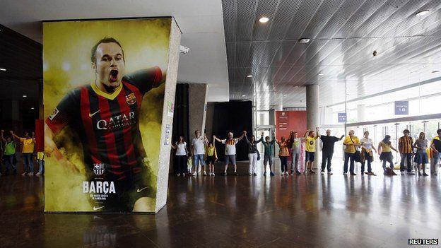 Human chain at Camp Nou stadium, Barcelona. 11 Sept 2013