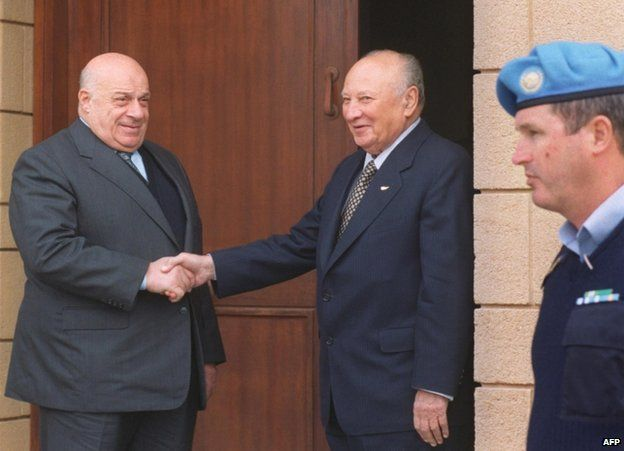 Glafcos Clerides (right) shakes hands with Rauf Denktash near Nicosia, 4 December 2001