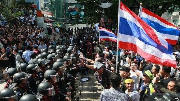 Anti-government protesters outside the headquarters of Prime Minister Yingluck Shinawatra's Pheu Thai Party in Bangkok (29 November 2013)