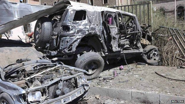 Aftermath of attack on Yemeni defence ministry complex in Sanaa (6 December 2013)