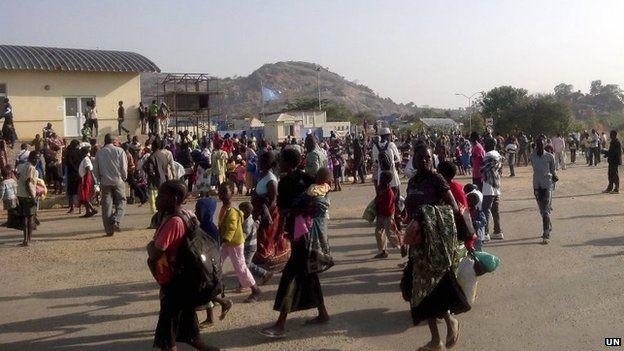 Civilians arrive at UN base in Juba, South Africa (16 Dec 2013)