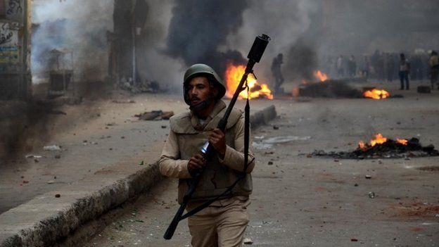 Egyptian riot police officer in Cairo (29 November 2013)
