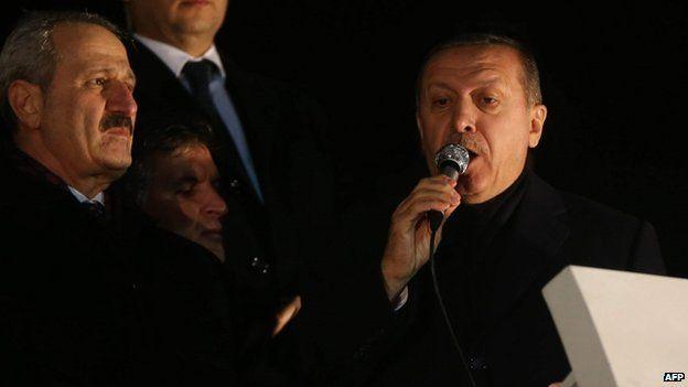 Economy Minister Zafer Caglayan (L) with PM Recep Tayyip Erdogan (R) on 24 Dec 2012