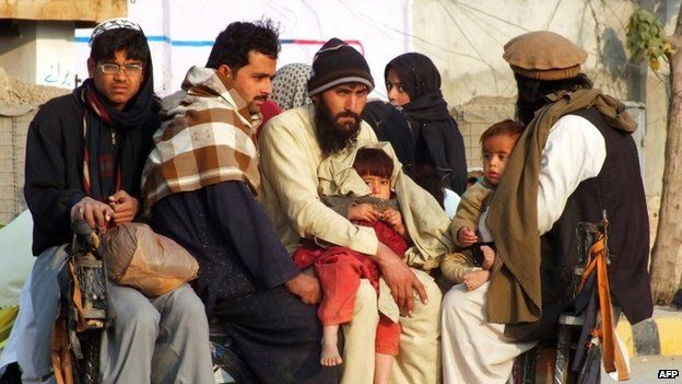 """Internally displaced Pakistani civilians, fleeing from military operations against Taliban militants in North Waziristan, arrive in Bannu, a town on the edge of Pakistan""""s lawless tribal belt of Waziristan on January 21, 2014."""