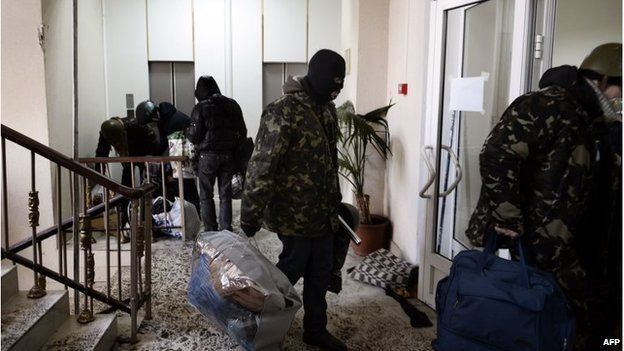 Protesters leave and agriculture ministry building in Kiev, Ukraine (29 Jan 2014)