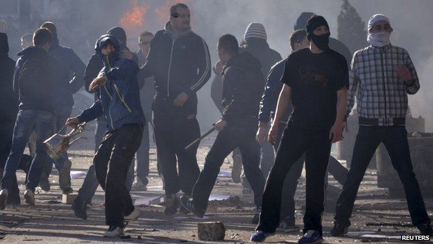 Anti-government protesters clash with riot police in Sarajevo February 7, 2014