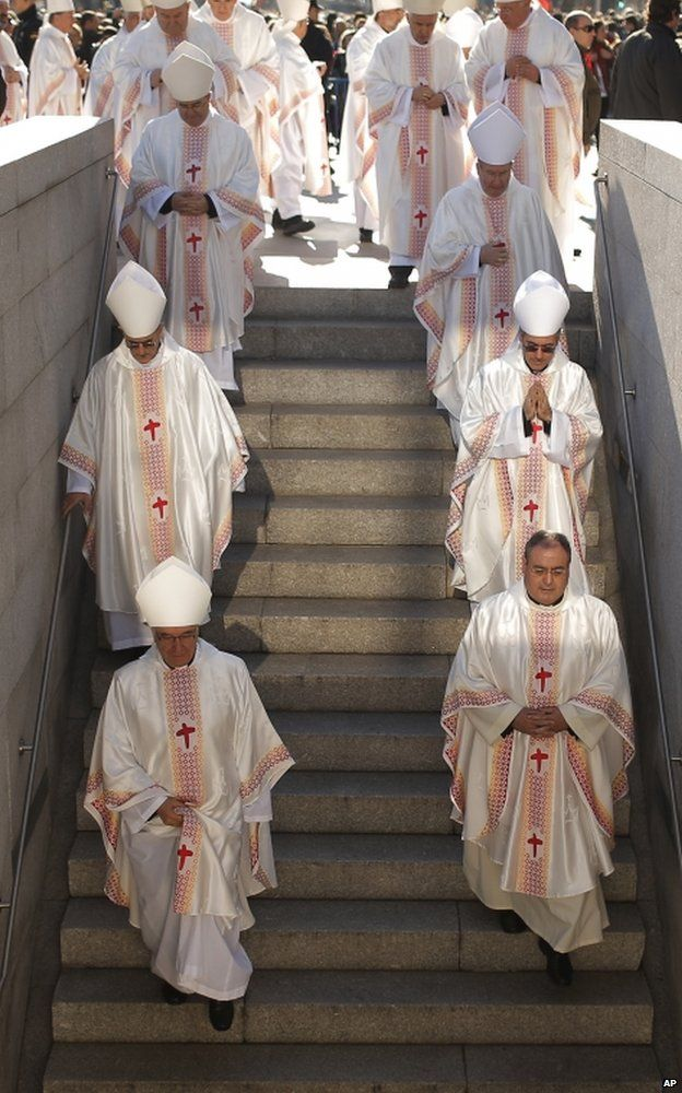 Bishops descend steps after a Mass honouring the family in Madrid, 29 December 2013