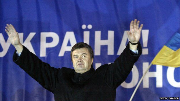 Viktor Yanukovych greets supporters in December 2004