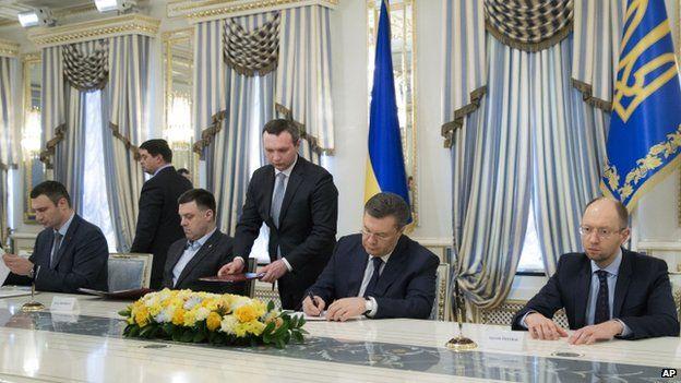 Ukrainian ousted President Viktor Yanukovych, second right, and Ukrainian opposition leaders, Arseniy Yatsenyuk, right, Vitali Klitschko, left, Oleg Tjagnibok, second left,