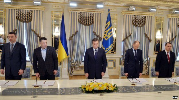 President Yanukovych (C) signed a 21 February deal with opposition leaders that soon became redundant
