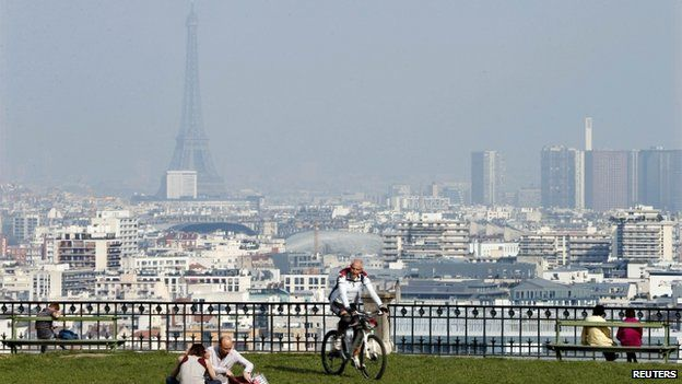 Paris covered in smog (13 March 2014)