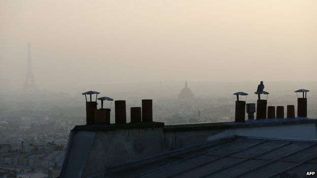 Paris covered in smog (11 March 2014)