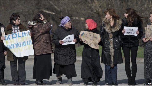 Crimean Tatar women protest against breakup up Ukraine in Simferopol (14 March 2014)