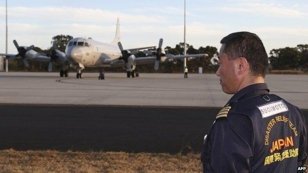 Japanese defence ministry employee looks at a Japanese air force P-3C Orion at RAAF Base Pearce (23 March 2014)