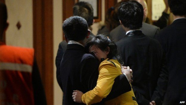 Grieving Chinese relatives of passengers on the missing Malaysia Airlines flight MH370 console each other after being told of their deaths 24/03/2014