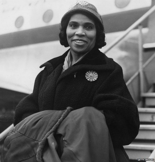 American contralto Marian Anderson (1897 - 1993) arriving at London Airport (now Heathrow) after a visit to Sweden, 3rd October 1952. (Photo by Douglas Miller/KeystoneFPG/Hulton Archive/Getty Images)