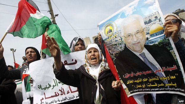 Palestinians show support for the reconciliation deal, in Gaza City, on 23 April 2014