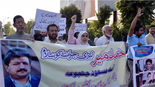 Pakistani activists from the Defence of Human Rights Pakistan organisation shout slogans during a protest against the attack on television journalist Hamid Mir by gunmen in Islamabad (22 April 2014)