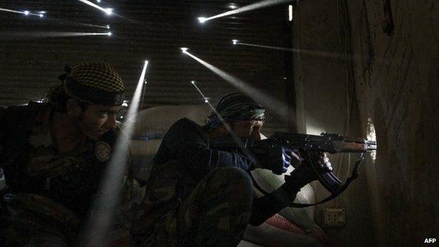 Rebel fighters in the Karmel Jabal district of Aleppo (18 October 2012)