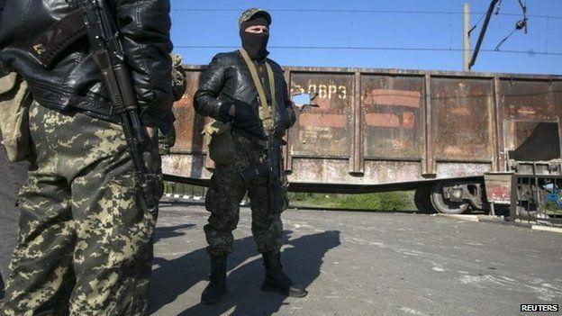 Pro-Russian armed men near the town of Sloviansk in eastern Ukraine (6 May 2014)