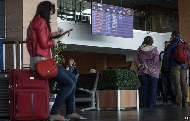 Passengers wait at Donetsk airport (6 May 2014)