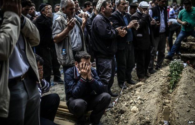 Funeral ceremony in the western town of Soma (15 May 2014)