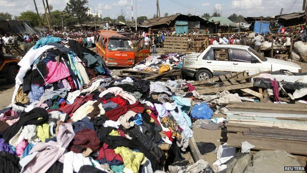 Damaged vehicles at the site of the explosion in Nairobi (16 May 2014)