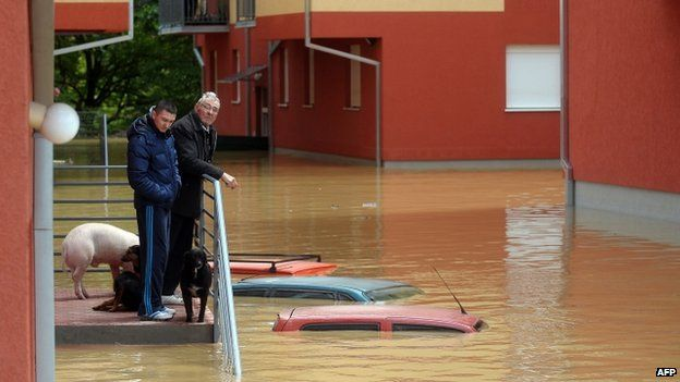 People wait to be evacuated from their flooded homes in Obrenovac, 40km from Belgrade 17/05/2014