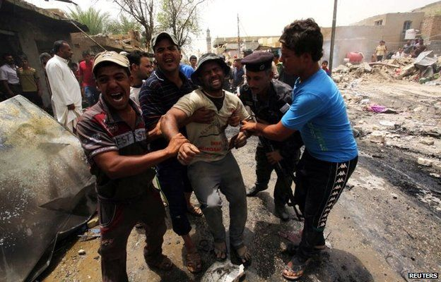 Aftermath of a car bomb attack at a market in the town of Iskandariya, south of Baghdad (2 June 2014)
