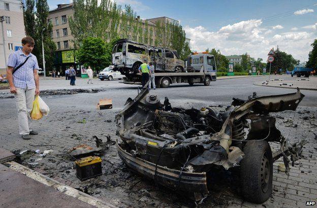 Wreckage from car bomb in Donetsk (13 June 2014)