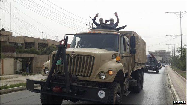 Militants celebrate in Mosul (12 June 2014)
