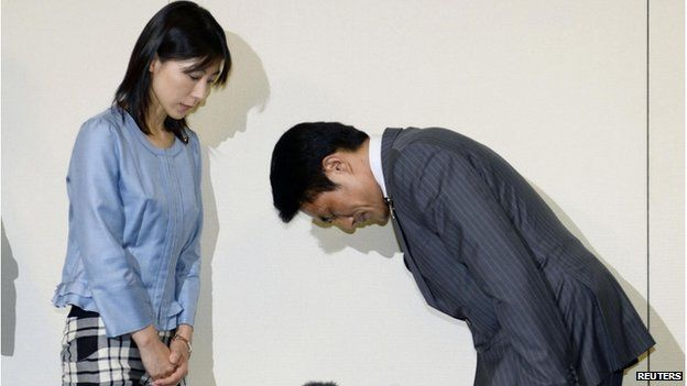 Tokyo city assembly lawmaker Akihiro Suzuki (right) bows to apologise to lawmaker Ayaka Shiomura at Tokyo Metropolitan City Hall in this photo taken by Kyodo on 23 June 2014.