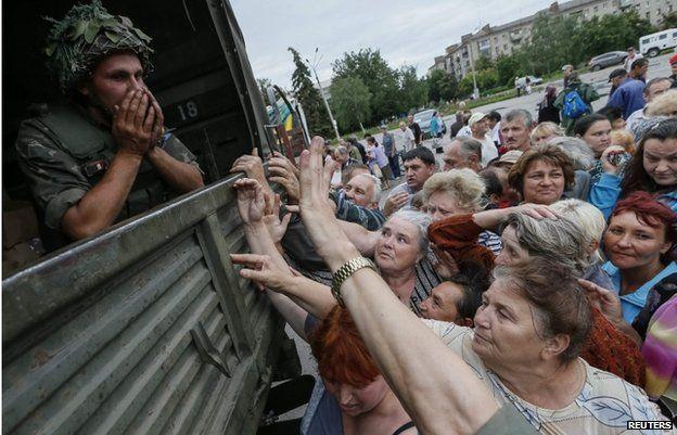 People in Sloviansk queue for food handouts in Sloviansk (6 July)