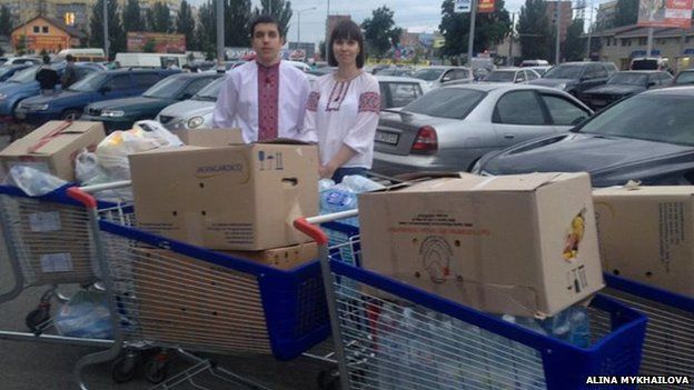 Ukrainians donating food to the army