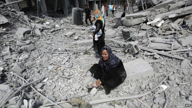 A Palestinian woman reacts at seeing destroyed homes in the northern district of Beit Hanun in the Gaza Strip during an humanitarian truce, 26 July 2014