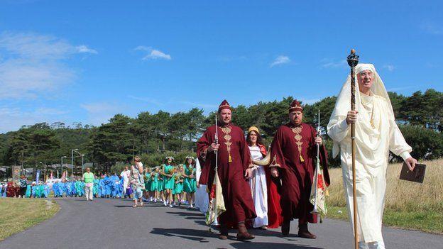 Dyfrig ab Ifor, yr Arwyddfardd, yn arwain y ffordd at Feini'r Orsedd