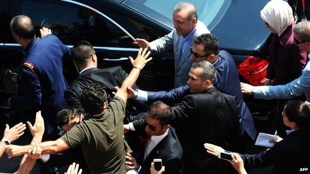 A supporter tries to touch PM Recep Tayyip Erdogan (10 August 2014)