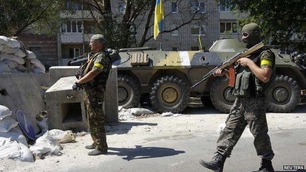 Ukrainian servicemen guard a checkpoint outside Donetsk, 15 Aug