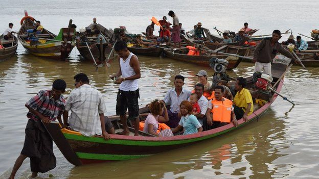 Picture of Burmese people going out in boats to watch the search operation